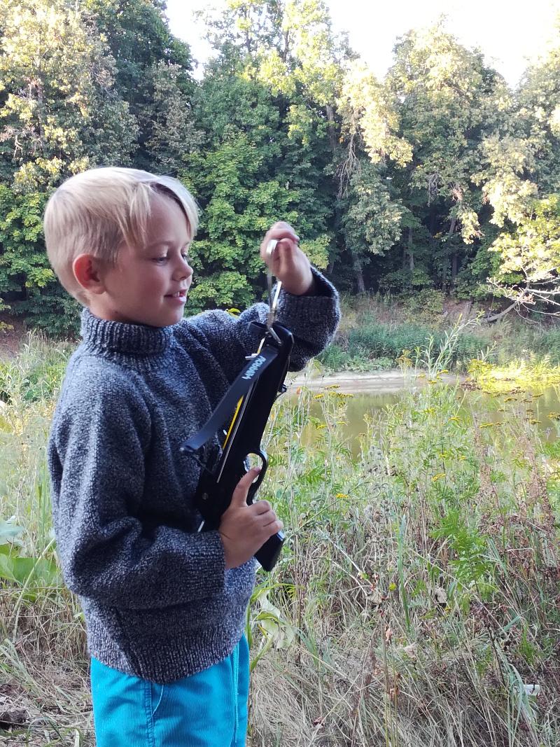 Меланжевый черно-белый свитер для мальчика вязаный спицами