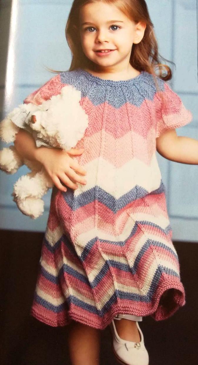 Платье для девочки спицами Зигзаг