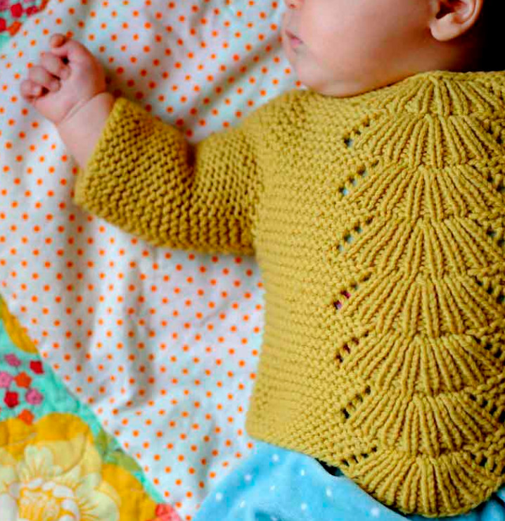 Кофта для младенца спицами с узором веерочки